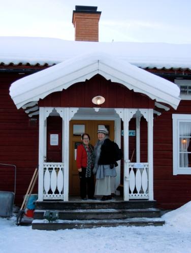 Gun-Lis Gustavsson och Eva Långberg på trappan till Kaffestugan. Foto ChL.