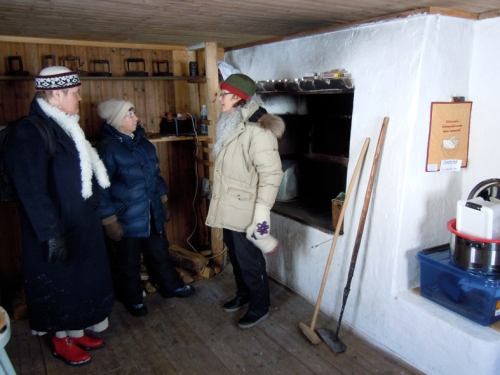 Här inspekteras bakarstugan och pratas aktiviteter och kurser. Från vänster Eva Långberg, Britt-Marie Philip och Gudrun Söderberg. På bilden ovan visar bakarstugan i sin helhet. Foto Ch LIndeqvist.