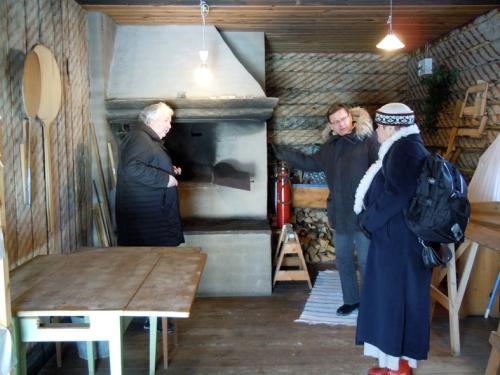 Bakarstugan på Karlbergs hembygdsgård i Norberg inspekteras av Eva Långberg tillsammans med Karin och ordföranden Lars Jacobsson. På bilden ovan presenterar Eva vårt brödprojekt för föreningen i deras kaffestuga. Foto Ch Lindeqvist.