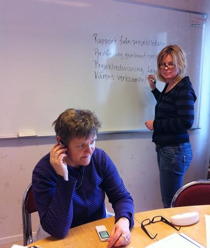 """Eva Långberg till vänster och Birgitta Berg till höger, båda ABF:are. Vi inleder snart styrgruppsmötet för projektet """"Bröd i Bergslagen"""". Fotat med min iPhone, den är väldigt praktisk!"""