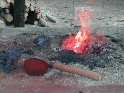 Här tillverkas järn av rostad rödjord i en primitiv blästerugn. Järnmannen på bilden ovan visar hur det går till. Foto Christina Lindeqvist.