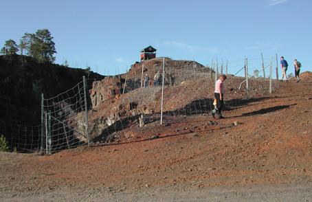 Båda bilderna visar Stollbergs gruva mellan Ludvika och Smedjebacken. Detta är näst Bastnäs den tredje mest mineralrika platsen i Sverige och kanske den fjärde i världen! Gruvan har medeltida anor. Foto Ch Lindeqvist.