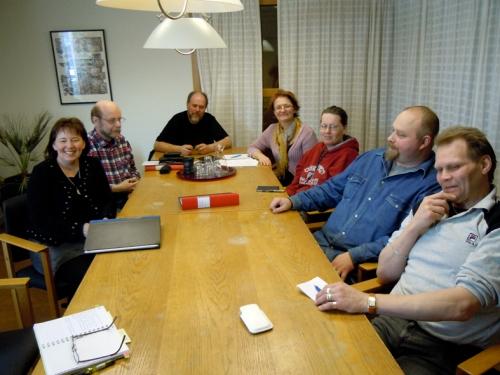 Överst kursledare Maria Björkroth utanför Dalarnas museum. Och här sitter gruppen från Kulturarvet efter en lång diabildsvisning. Fr vänster sitter Kia Wegelius (ansvarig för Kulturarvet), därefter sitter Lars Sundell, Lars, Maria, Nina, Thomas och Per längst till höger.