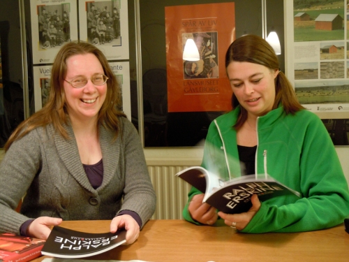 Arkivarie Anna Forsberg och grafiska formgivaren Jenny Findahl sitter på Länsmuseet i Gävle och pratar text och bild.