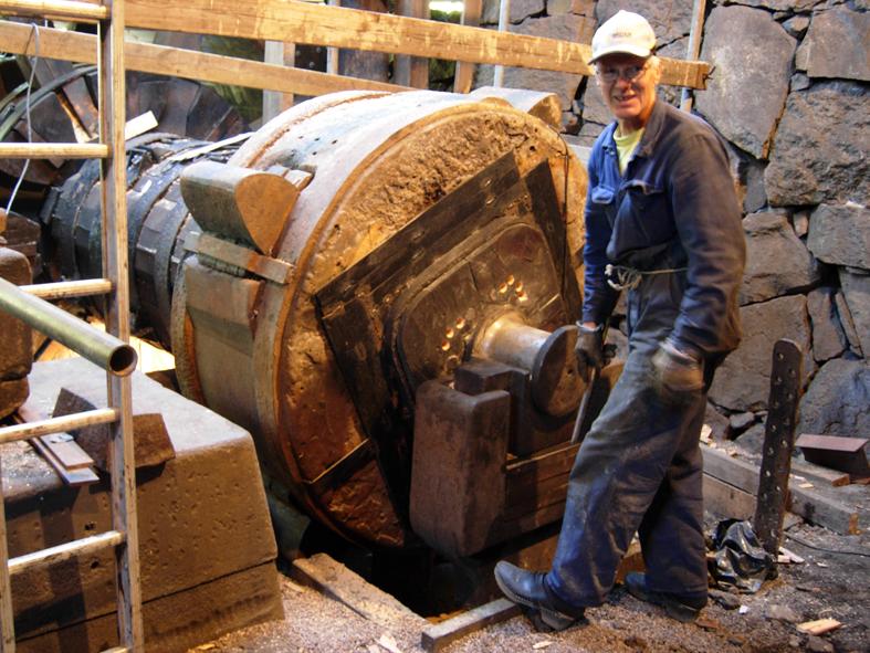 Trångfors smedja i Hallstahammar som rustas av en ideell förening. Målet är att kunna köra smedjan så som man gjorde förr, med hjälp av vattenhjul och mumblingshammare. Man är nu nära målet. Foto ChL.