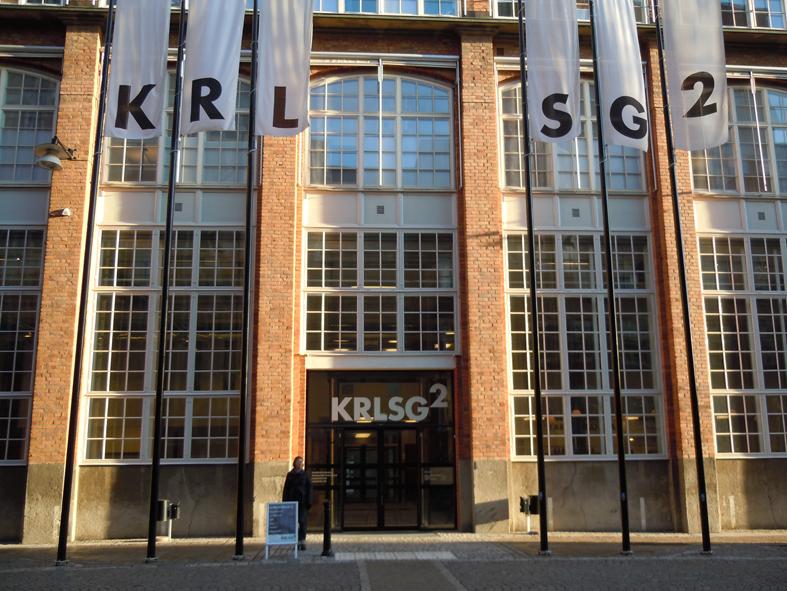 Den stiliga entrén till Mimerverkstan på Karlsg.2. Länsmuseet ligger till vänster och Konsthallen till höger och i mitten finns ett museitorg med reception, shop och fik. Foto ChL.
