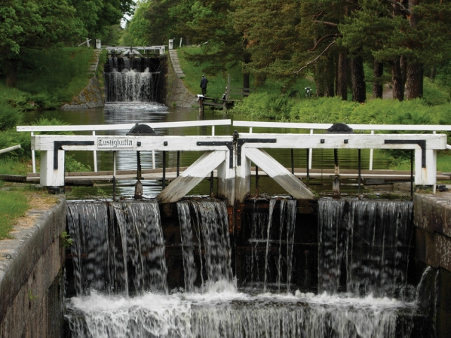Här är Strömsholms kanal. Varje sluss har sitt eget namn och som ni ser heter den här Lustigkulla. Den ligger nedanför Trångfors smedja innan man kommer ut på Dammsjön mot Skantzen.