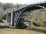 Den berömda gjutjärnsbron från 1779. Hög, smal och spänstig.
