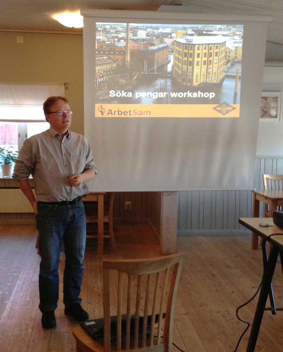Torsten Nilsson från ArbetSam i Norrköping berättarde om konsten att söka pengar på Ludvika Gammelgård i går eftermiddag. 22 intresserade personer deltog i seminariet.
