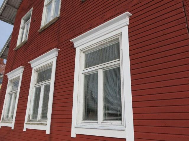 nymålad fasad med nytillverkat överstycke enligt tidig förlaga
