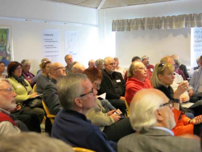 deltagarna lyssnar