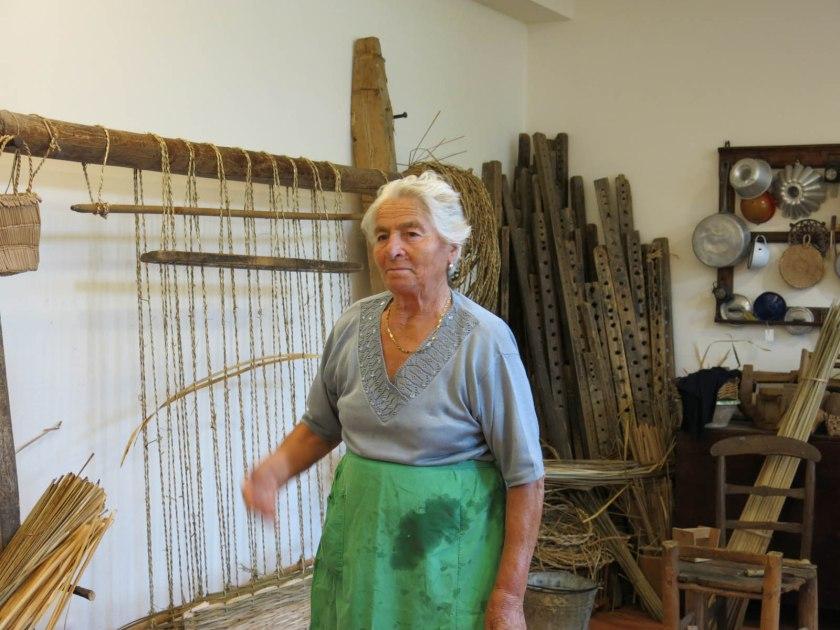 En kvinna visar för oss hur man vävde mattor av vass