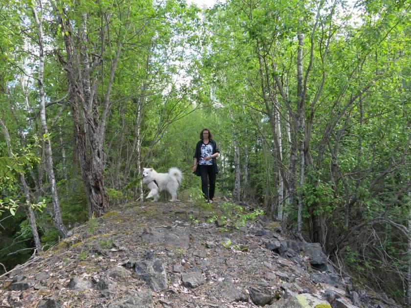 Britt-Marie på toppen av ett berg av krossat gråberg.